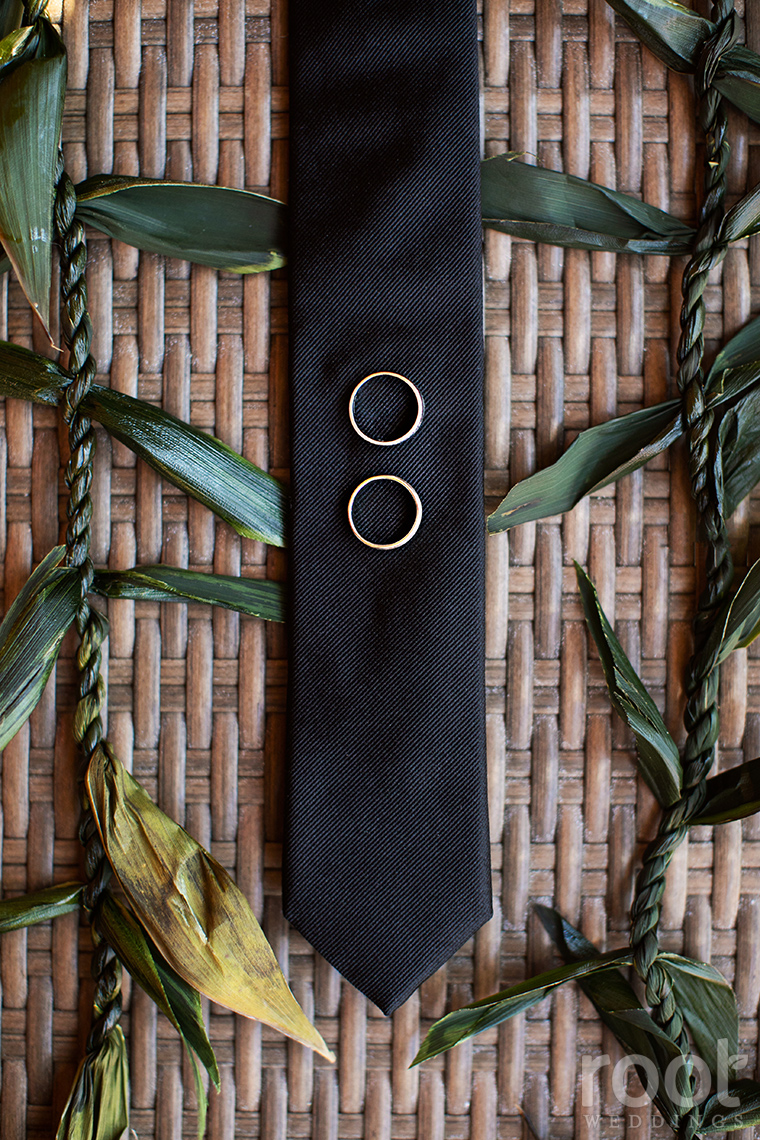Groom's black tie and Hawaiian details
